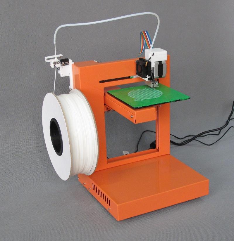 Трехмерные принтеры – это механизмы, создающие реальные объекты из цифрового эскиза. Принцип работы агрегатов состоит в последовательном добавлении материала послойно. Сейчас разработано несколько технологий 3D прототипирования. Самыми распространенными считается изготовление предметов слой за слоем. При этом принтер использует в качестве рабочего сырья АБС или ПЛА пластик. Сырье плавится в экструдере и подается на рабочую поверхность дозированно. Устройство 3d принтера, работающего с пластиком, выполнено из следующих элементов:  Рабочая поверхность, необходимая для размещения печатающего объекта;  Механизмы транспортировки рабочей головки и поверхности;  Экструдер, необходимый для плавления и подачи рабочего материала;  Электронная система управления;  Каркас агрегата. Печатающая головка работает по следующему принципу: с одной стороны подается пластик, с другой – жидкий материал выходит на рабочую поверхность. Пруток материала продвигается благодаря мотору и системе шестерней. Материал нагревается и плавится при помощи нагревателя, температура которого регулируется термостатом. Транспортировка экструдера по рабочей области выполняется различными методами. Но самым используемым является следующий способ: печатающая головка двигается по двум направляющим, а рабочая поверхность по вертикальной оси. Электросистема управления работой 3d принтера состоит из микроконтроллера и дополнительной платы, обеспечивающей связь между котроллером, мотором, термостатом и нагревателями. Механизм трехмерного принтера требует обеспечения жестким защитным корпусом, который будет надежно сохранять геометрию конструкции, независимо от внешних воздействий. 3D принтер работает по следующей схеме: рабочая головка устанавливается над поверхностью, где будет размещаться печатающий объект. Экструдер помещается над поверхностью на расстоянии, равном толщине первого слоя. После этого в экструдер подается материал, где он расплавляется и выходит через сопло на рабочую площадку. Процесс изготовлен