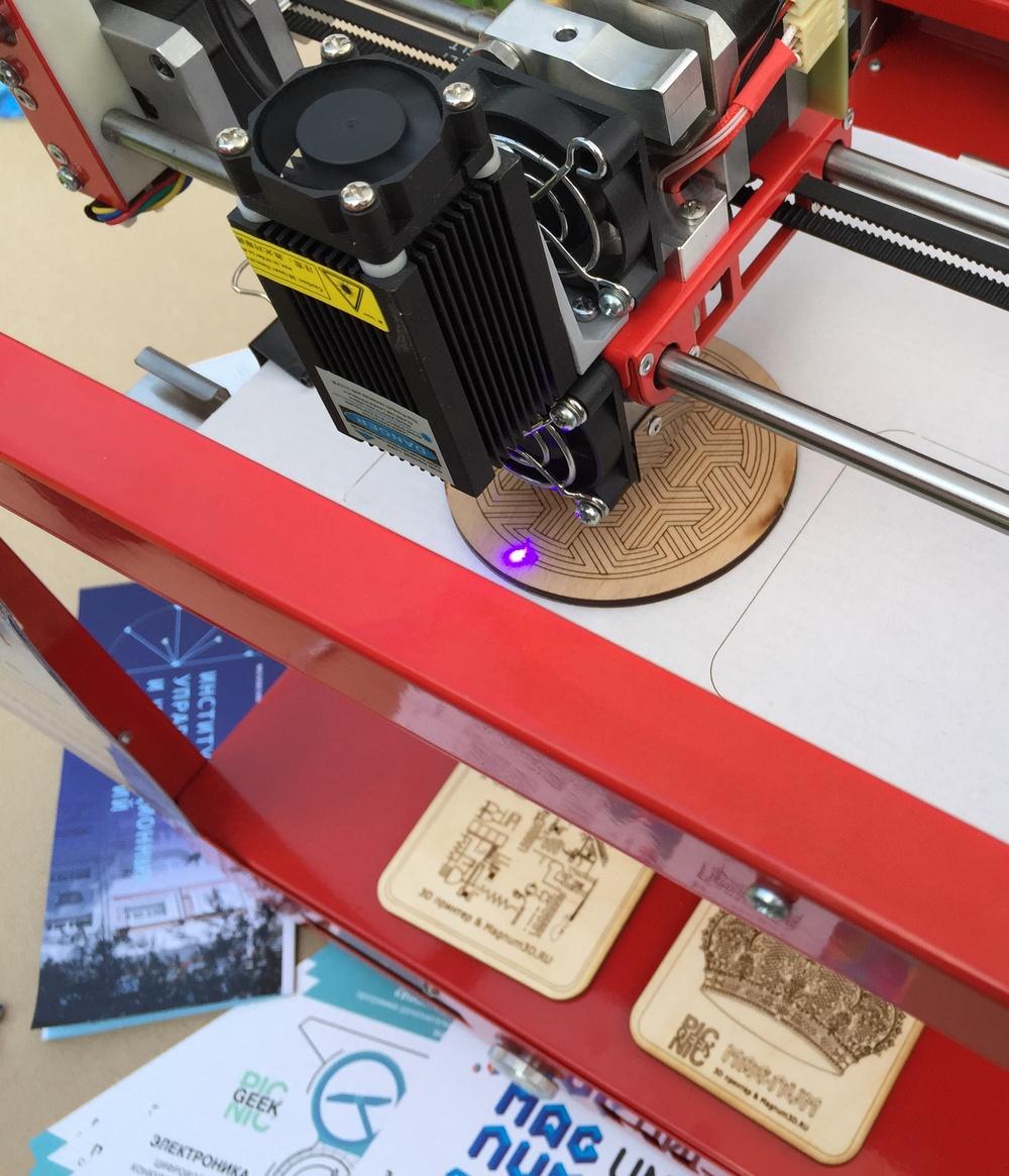 Фото: Процесс гравировки лазером на 3Д принтере Magnum Creative 2 UNI